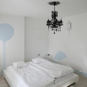 Po obu stronach łóżka (IKEA), na straży snów i medytacji stoją transparentne stoliki nocne Illusion (Essey), które przybrały formę lewitujących obrusów. Fot. Bartosz Jarosz.
