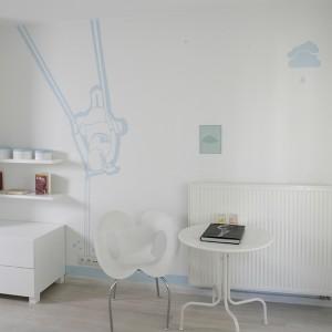 Za rozwibrowanie przestrzeni winę ponoszą białe krzesła – falująca wariacja na temat cyfry 8 (Ripple Chair, proj. Ron Arad/Moroso). Fot. Bartosz Jarosz.