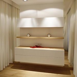 Meble w sypialni to niezbędne minimum – nowoczesna komoda, wykonana według projektu architektów. Fot. Bartosz Jarosz.