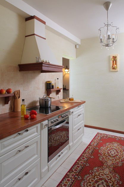 W kuchni urządzonej w stylu Kuchnia w klasycznym stylu białe drewniane