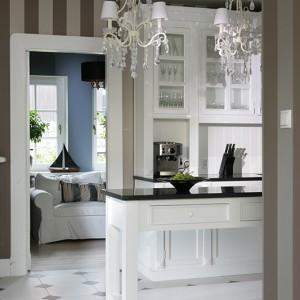 Kuchnia jest wnętrzem częściowo otwartym – płynnie łączy się z holem. W jej sąsiedztwie powstał niewielki dodatkowy pokój, który może pełnić np. rolę gabinetu. Fot. Tomasz Augustyn.