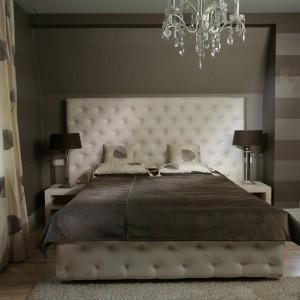 Łóżko z wysokim, miękkim zagłówkiem pochodzi z kolekcji Milano Almi Decor. Spokojną aranżację sypialni ożywiają zasłony i poszewki haftowane w liście. Fot. Tomasz Augustyn.