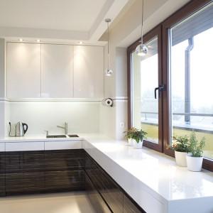 W kuchni w stylu minimalistycznym dominuje biel pod postacią blatu z kompozytu oraz lakierowanych na wysoki połysk frontów z MDF-u. Fot. Tomasz Markowski.