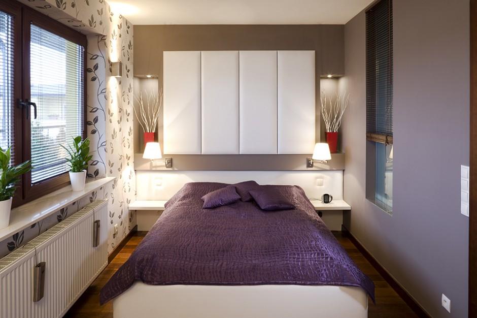 Sypialnia została zaaranżowana w przyjemnych, zmysłowych barwach. Ściany ozdobiono dwoma rodzajami tapet: z roślinnym motywem i w kolorze wrzosu (do którego dobrano połyskliwą, fioletową narzutę na łóżko). Warto zwrócić uwagę na, aż trzy, rodzaje oświetlenia: nowoczesne, stalowe kinkiety, ozdobne lampki nocne z małymi abażurkami i umieszczone w ściennych niszach halogeny, oświetlające dekoracyjne wazony. Fot. Tomek Markowski.