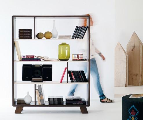 Półka, która może symbolicznie oddzielać strefy w otwartym mieszkaniu. Fot. Meble VOX