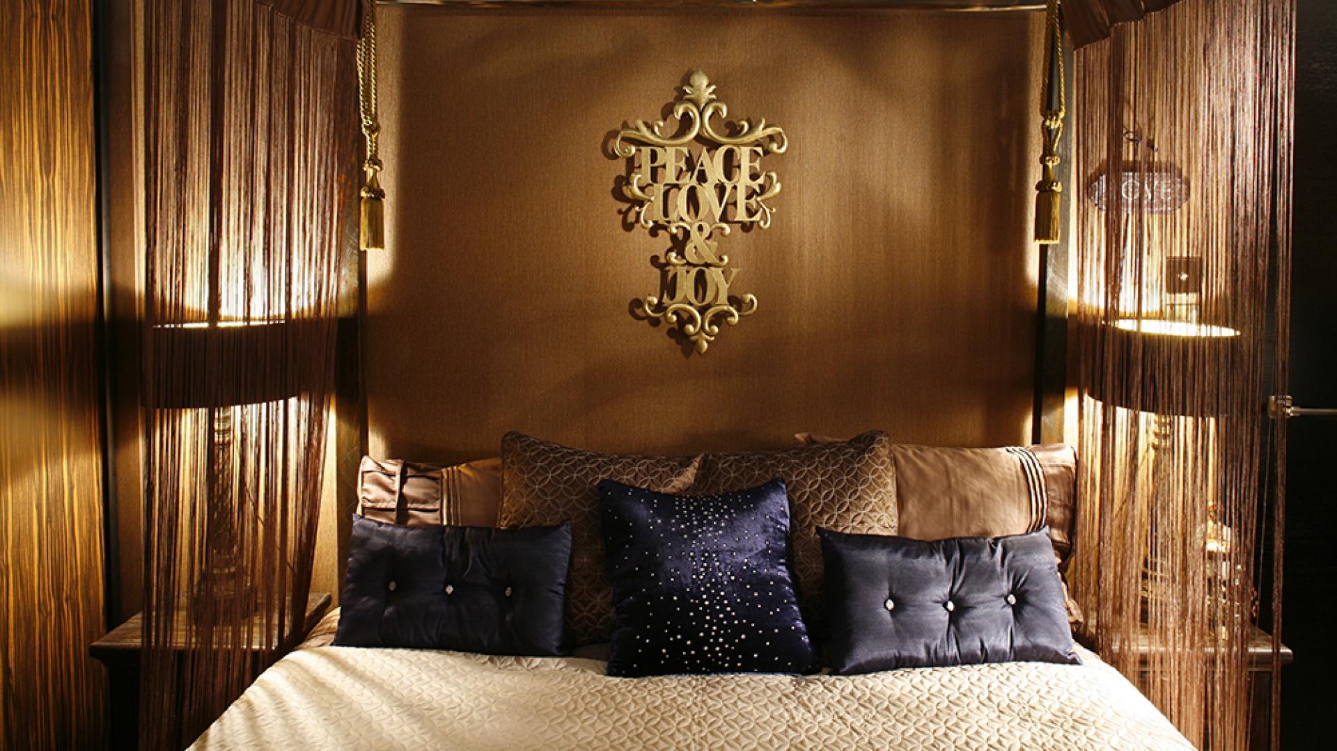 Króluje tu okazałe łoże z podświetlanym baldachimem, imitującym rozświetlone gwiazdami niebo Marrakeszu, z ozdobnymi chwostami i sznurkowymi, powiewnymi zasłonkami. Fot. Bartosz Jarosz.