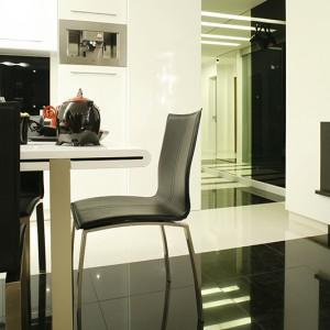 Na podłodze połączono deski z dębu bielonego (salon) z gresem polerowanym: białym i czarnym (AmadeoCeramica). Fot. Bartosz Jarosz.