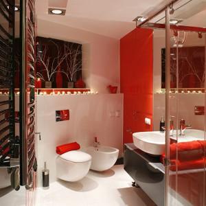 Czerwone płytki z kolekcji Piccadilly proj. Macieja Zienia (Ceramika Tubądzin) robią wrażenie asymetrycznymi zestawieniami i intensywnie połyskującą barwą. Dla kontrastu pojawia się w ich sąsiedztwie czarny lacobel. Fot. Bartosz Jarosz.