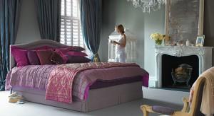 Błyskotki potrafią odmienić wnętrze w niezwykły sposób. Czasem wystarczy kilka drobnostek: poduszki, tkaniny, lampy, uchwyty mebli – a wnętrze zaskoczy nas szykiem i przepychem glamour.