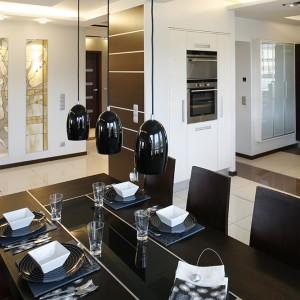 Niewątpliwie największą ozdobą  wnętrza jest witraż z motywem drzewa. Trzy szklane panele podświetlone halogenami stanowią przepiękną scenerię  dla rodzinnych kolacji i towarzyskich spotkań. Fot. Bartosz Jarosz.