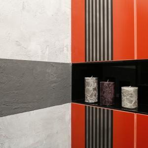 Grę kolorów, faktur i wzorów tworzą: dwa rodzaje płytek (Imola), ściana w dwóch odcieniach betonu oraz wnęka wyłożona czarnym lacobelem. Fot. Bartosz Jarosz.