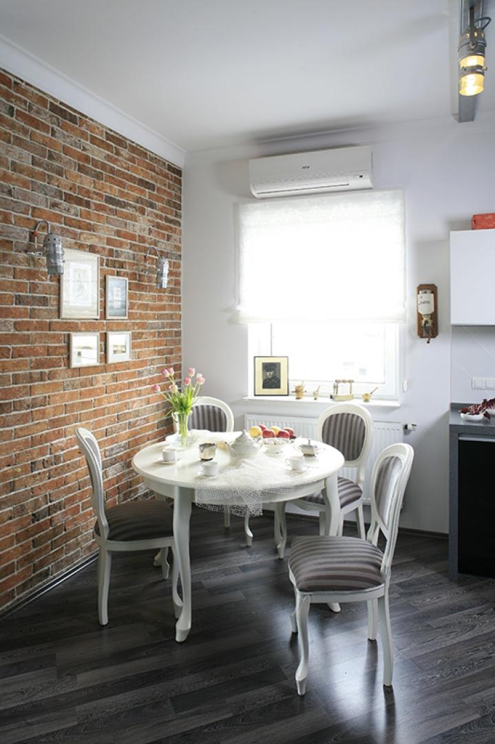 Typowo loftowy klimat najbardziej podkreślają murowane ściany w jadalni, salonie oraz sypialni. Fot. Bartosz Jarosz.