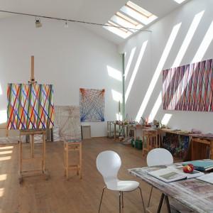 Atelier Jacka Ziemińskiego to integralna część domu. Artysta tam tworzy, ale i przeprowadza warsztaty rysunku i malarstwa. Fot. Tomek Markowski.