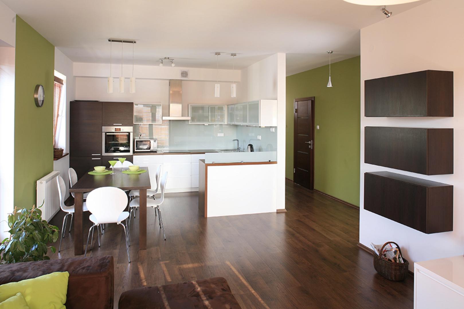 Kuchnia oraz salon tworzą Aneks kuchenny z pomysłem biel z odrobiną lim   -> Kuchnia Z Pomyslem