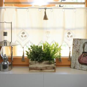 Pani domu uwielbia wyszukiwać nietypowe dekoracje. Potrafi je też łączyć w niepowtarzalne zestawy. Obrazek w buduarowym klimacie, wykonany techniką decupage, a obok stalowa lampa oliwna – wszystko na tle zazdrostki z chwostami. Fot. Bartosz Jarosz.