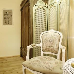 """Stylizowane na ludwiki fotele, podobnie jak artdekowskie szafki nocne, zostały """"upolowane"""" przez właścicielkę na targu staroci w Szczecinie. Fot. Bartosz Jarosz."""