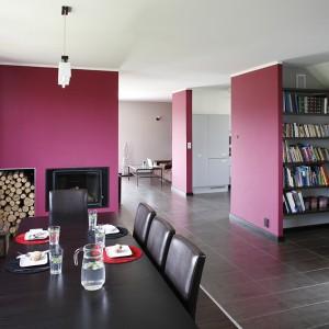 Nietypowy układ domu pozwolił na wyraźne rozgraniczenie stref użytkowych przy jednoczesnym zachowaniu jednolitej linii stylistycznej oraz otwartej przestrzeni. Fot. Bartosz Jarosz.