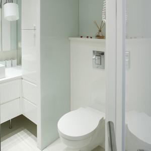 Łazienka w bieli jest prosta i bezpretensjonalna. Duże znaczenie miało umiejętne podzielenie jej na strefy. Fot. Bartosz Jarosz.