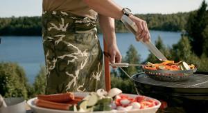 Grillowanie we własnym ogrodzie czy też na działce za miastem staje się prawdziwym przyjęciem. Wyposażeni w wygodny, dobrany do okoliczności – i naszych wymagań kulinarnych – grill zapragniemy jadać wszystkie posiłki na świe