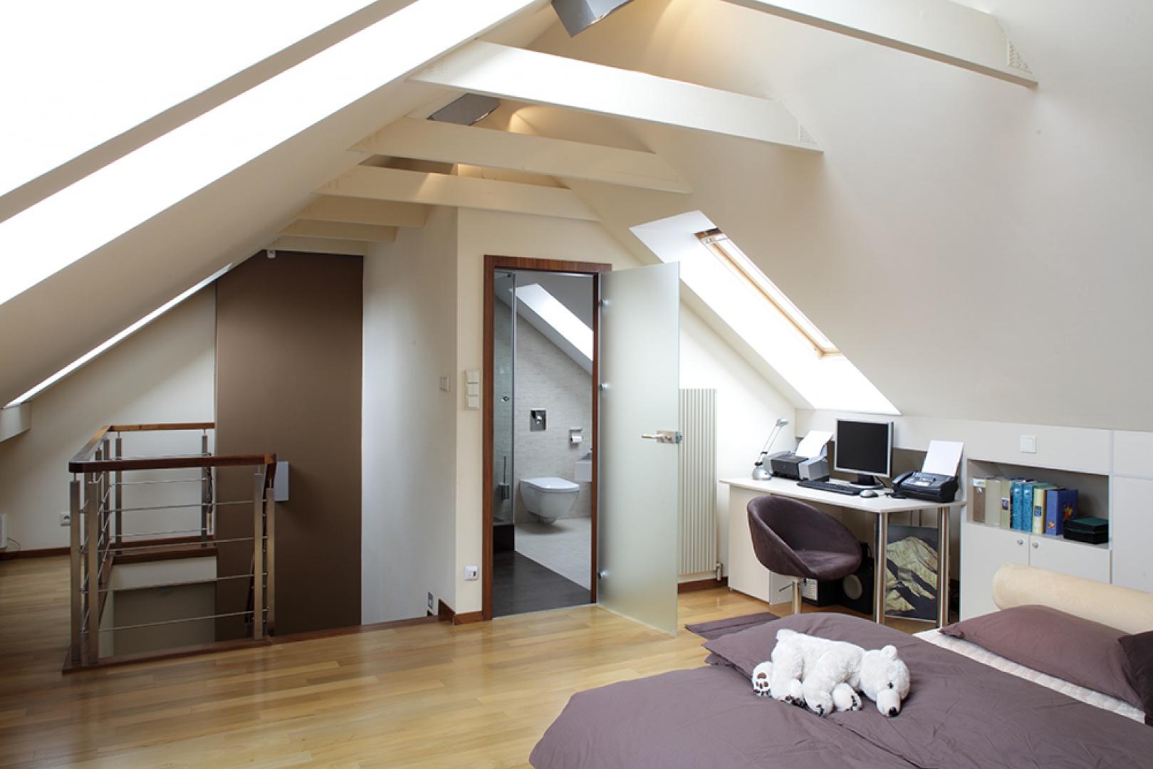 Naturalne materiały oraz beżowo-brązowa paleta barw dominują w całym domu. W identycznym stylu została urządzona także łazienka na poddaszu. Fot. Tomasz Markowski.