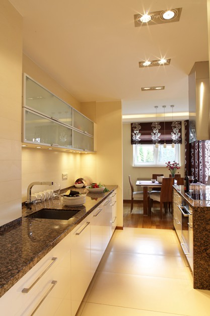 W jasnej i lekkiej kuchni kuchnia jako cz salonu for Polaczenie kuchni z salonem