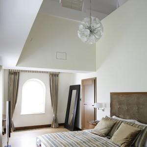 Dobudówka ze stylowym okienkiem, zwiększająca podwójnie wysokość pomieszczenia tuż nad łóżkiem uaktywnia wyobraźnię, przenosząc w świat baśni i romantycznych marzeń. Fot. Bartosz Jarosz.