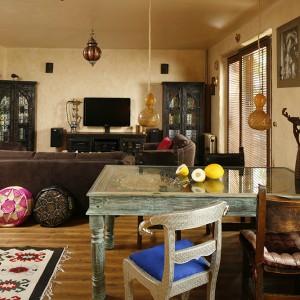 """Połączona przestrzeń salonu i jadalni jest miejscem przenikających się tradycji, harmonijnym połączeniem przedmiotów różnych – miejscem, które """"żyje"""" i dobrze służy jego mieszkańcom. Fot. Bartosz Jarosz"""