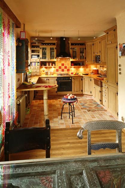 Sosnowe meble kuchenne Kuchnia pełna domowego ciepła