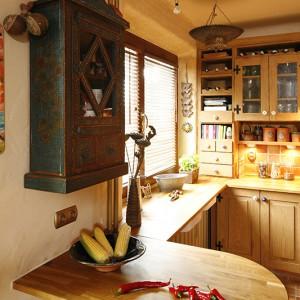 Postarzana witryna nad stolikiem śniadaniowym to zakup dokonany w zaprzyjaźnionym sklepie z meblami indyjskimi Guido. Blaty są wykonane z klejonego drewna. Fot. Bartosz Jarosz.