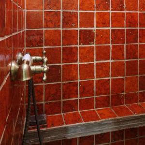 Ściany wnęki prysznicowej zostały w całości wykończone ceramicznymi kaflami, które wykonała  Dorota. Kafle oraz inne przedmioty z wypalanej ceramiki oferuje jej autorska pracownia Dekornia. Fot. Bartosz Jarosz.