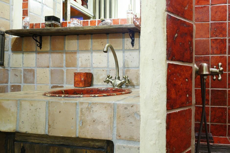 Wpuszczana w blat, ceramiczna misa umywalkowa to także dzieło Doroty, podobnie jak komplet łazienkowych akcesoriów: kubek, mydelniczka, wieszaczek. Fot. Bartosz Jarosz.