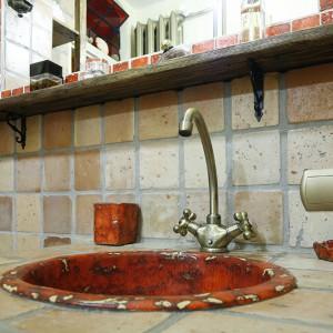 Rzemiosło artystyczne Doroty znajduje szerokie zastosowanie – tu umywalka wpuszczana w blat, do kompletu łazienkowe niezbędniki – mydelniczka i pojemnik. Fot. Bartosz Jarosz