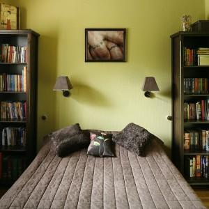 Kwiatowy deseń tkaniny dodaje sypialni uroku i tworzy przytulny nastrój. Fot. Bartosz Jarosz