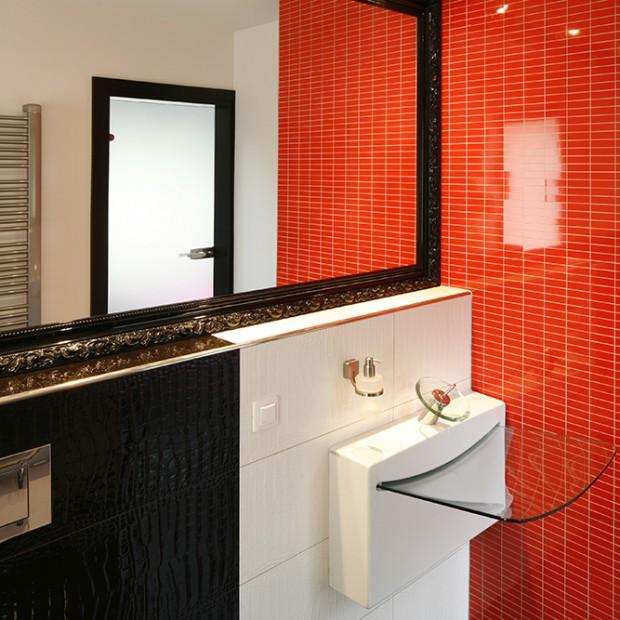 Pomysł na gościnną łazienkę. Czarne i czerwone płytki