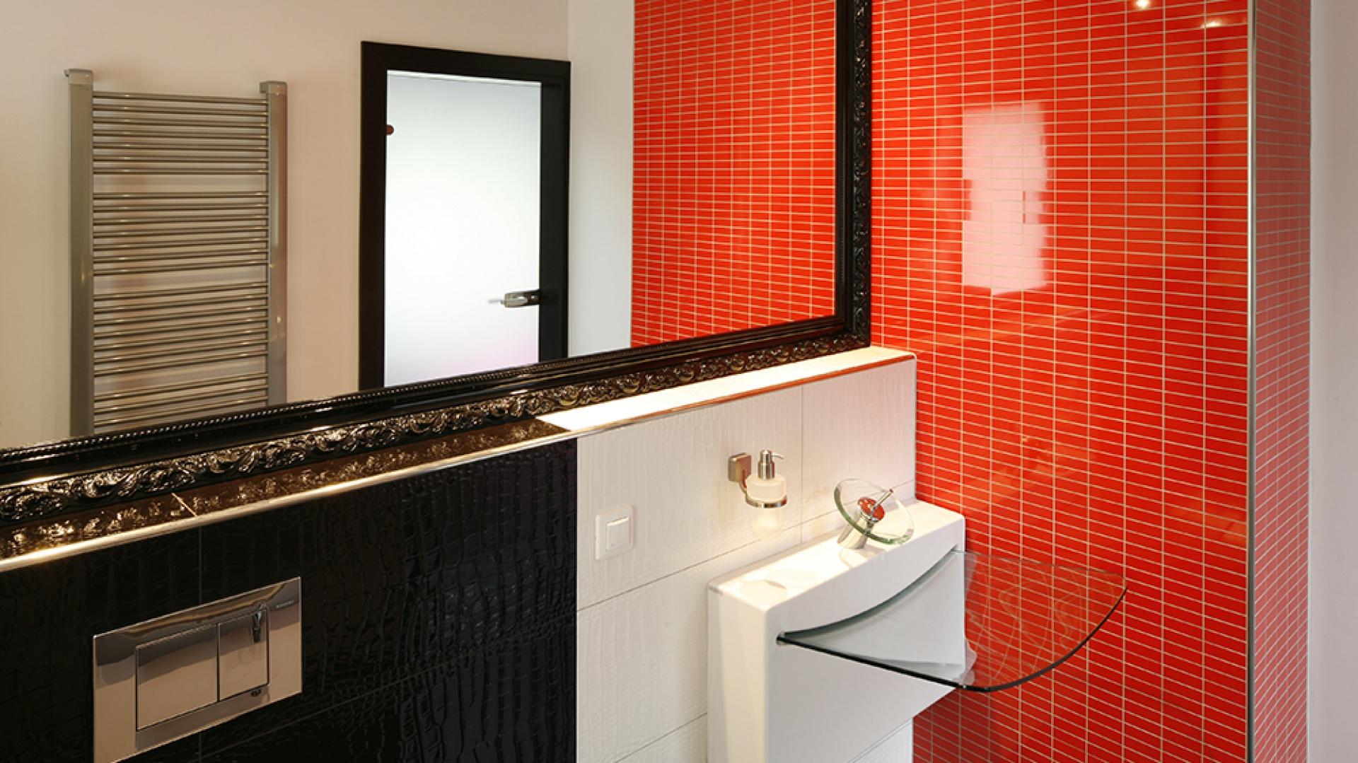 """Umywalka """"Crystal Wall"""", podobnie jak sedes (włoskiej marki Art Ceram), to nie tylko  podstawowe wyposażenie łazienki, ale też nietypowa dekoracja. Sedes dodatkowo skrywa po obu stronach praktyczny schowek na niezbędne akcesoria. Fot. Bartosz Jarosz."""