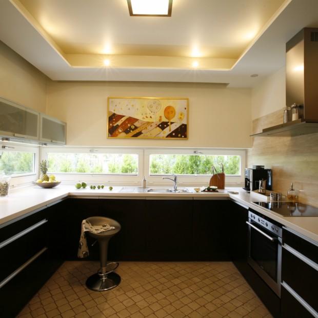 Okno nad kuchennym blatem: lepsze niż fototapeta