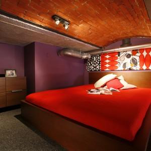Sypialnia w loftowym charakterze: cegła na suficie