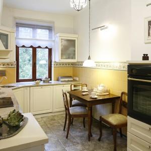 W kuchni unosi się aromat angielskich i prowansalskich inspiracji. Taka stylistyka doskonale współgra z antykami, które w tym domu mają spory udział. Ciężko tu na pierwszy rzut oka rozpoznać, co jest wiekowym meblem, a co go sprytnie udaje. Fot. Bartosz Jarosz.