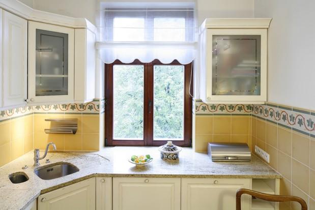 Blat roboczy został Kuchnia w stylu retro waniliowe szafki na topie
