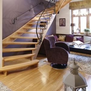 We wnętrzu było kilka elementów zastanych, m.in. schody i podłoga, które architekt musiała uwzględnić w nowej aranżacji mieszkania. Fot. Bartosz Jarosz.