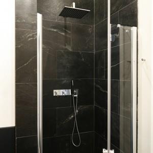 We wnęce umieszczono prysznic. Zrezygnowano z tradycyjnego brodzika – podłoga w całej łazience jest wyłożona kwarcytem, a w tym miejscu delikatnie obniżona. Zainstalowano podtynkowy komplet prysznicowy z deszczownicą (Treos). Fot. Bartosz Jarosz.