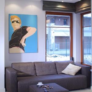 """Pokój telewizyjny ulokowano lekko na uboczu i potraktowano z przymrużeniem oka - a to za sprawą grafiki wykonanej przez artystkę Annę Białkowską, założycielkę i promotorkę tzw.""""błękitnego realizmu"""". Fot. Bartosz Jarosz."""