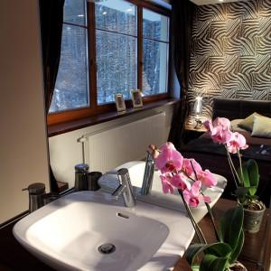Nablatowa umywalka zamontowana na ścianie prysznica znajduje się vis-a-vis (!) sypialnianego łóżka. Fot. Bartosz Jarosz.