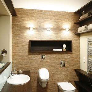 """Dekoracyjna ściana w łazience została pokryta linoleum marki Tarkett. Dzięki temu praktycznemu rozwiązaniu łazienka nabrała bardziej """"naturalnego"""" wyglądu, który dodatkowy podkreśla obecne tu drewno i dodatki w ekologicznych kolorach. Fot. Bartosz Jarosz."""
