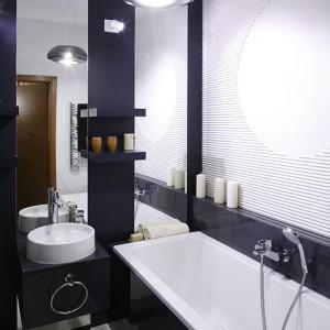 Dzięki umiejętnemu stosowaniu luster niewielka łazienka sprawia wrażenie znacznie większej. Fot. Bartosz Jarosz.