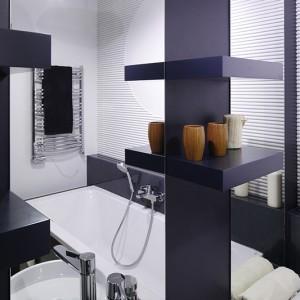 Dekoracja nad wanną kształtem miała nawiązywać do okrągłej umywalki i uchwytu szafki podumywalkowej. Fot. Bartosz Jarosz.