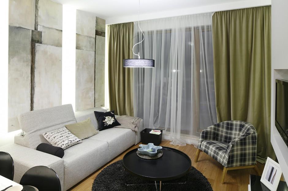 Stonowana, surowa stylistyka pokoju dziennego to głównie zasługa kolorystyki mebli, ścian i dodatków, dobranej przez projektantów z żelazną konsekwencją. Fot. Bartosz Jarosz.