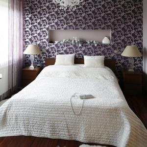 Wrzosowa tapeta z bogatym, srebrnym wzorem stanowi udane połączenie barokowego przepychu z nowoczesnym stylem. Fot. Bartosz Jarosz.