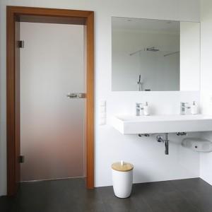 Z łazienki przy sypialni korzystają pani i pan domu, dlatego znalazła się tu szeroka umywalka (Villeroy