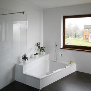 W salonie kąpielowym umieszczono wannę oraz przestronną kabinę prysznicową typu walk-in. Odprowadzenie wody dostarczonej przez deszczownicę oraz baterię prysznicową (Steinberg) zapewnia odpływ liniowy umieszczony w posadzce. Fot. Bartosz Jarosz.